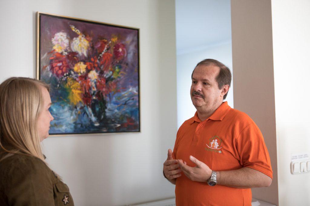 A képet, ami előtt dr. Benyó Gábor és Tóth Flóra beszélgetnek, egy kis páciens szülei ajándékozták a háznak